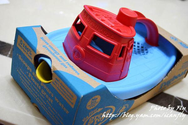 GreenToys 復古環保 玩具拖船,夾緊妹的新玩具 @我眼睛所看見的世界(Fly's Blog)