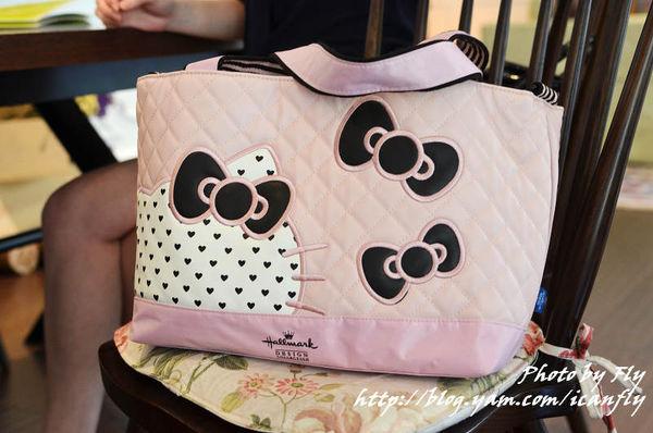 Hallmark X Hello Kitty聯名款,菱格多功能背包 @我眼睛所看見的世界(Fly's Blog)